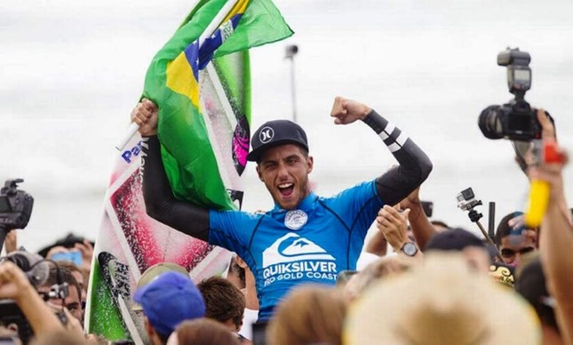 Filipe Toledo comemora a vitória na Gold Coast
