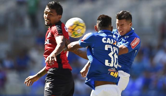 Lucas Romero em lance de Cruzeiro x Vitória, no Mineirão (Foto: Juliana Flister/Light Press/Cruzeiro)