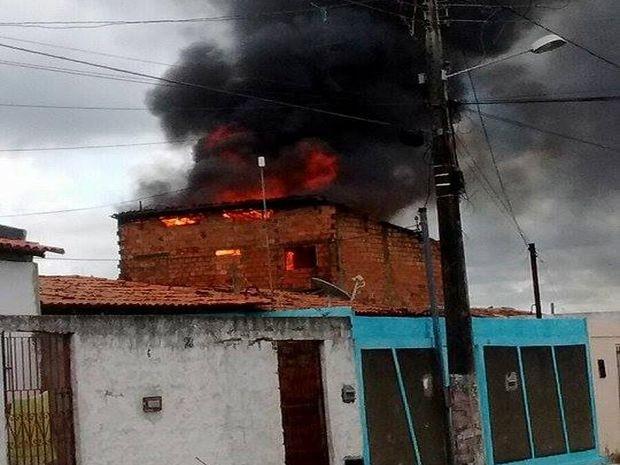 Fogo se alastrou rapidamente (Foto: Reprodução/TV Sergipe)