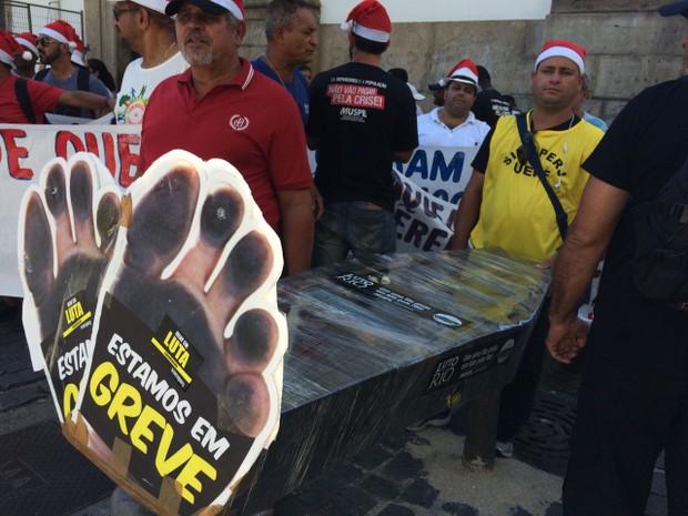 Servidores fazem protesto nesta terça-feira em frente à Alerj (Foto: Gabriel Barreira)