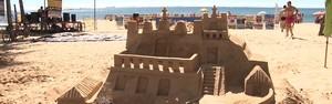 Artista esculpe Convento da Penha com areia de praia (Reprodução/TV Gazeta)