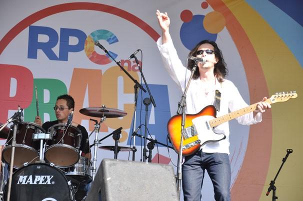 Ganso Nogueira mandou um som de rock nacional para animar a galera RPC na Praça na Lapa (Foto: Roger Santmor/ RPC)