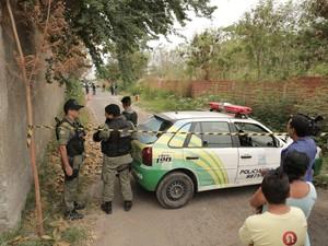 Peritos da Delegacia de Homicídios estiveram no local colhendo informações (Foto: Magno Bonfim/TV Clube)