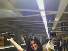 Giulia Costa anda de metrô e posta foto com a barriguinha de fora