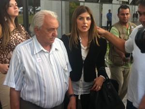 A mulher de Cachoeira, Andressa Mendonça, deixa o tribunal antes do final da sessão de julgamento, ao lado de Tião Cachoeira, pai do contraventor (Foto: Rafael dos Santos / G1)