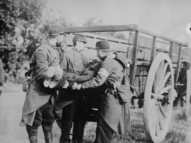 Primera Guerra Mundial: Soldados franceses recolhem corpo em cidade da Bélgica (Foto: Flickr/The Library of Congress)