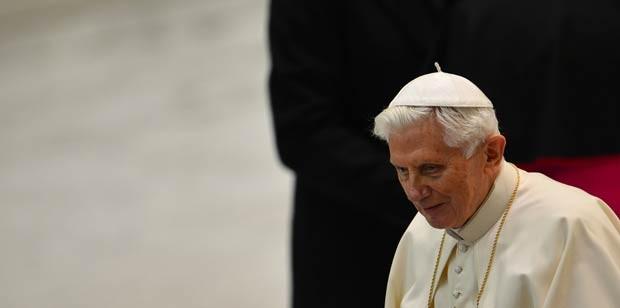 O Papa Bento XVI em encontro com sacerdotes nesta quinta-feira (14) na Sala Paulo VI, no Vaticano (Foto: AFP)