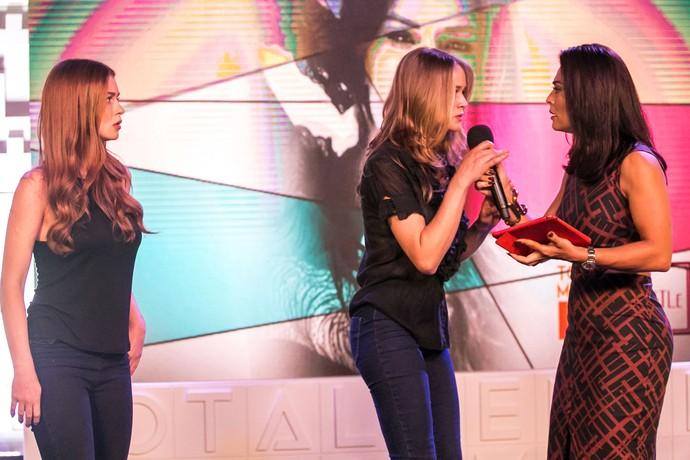 Candidata rouba o microfone de Carolina para anúncio importante (Foto: Paulo Belote/Globo)