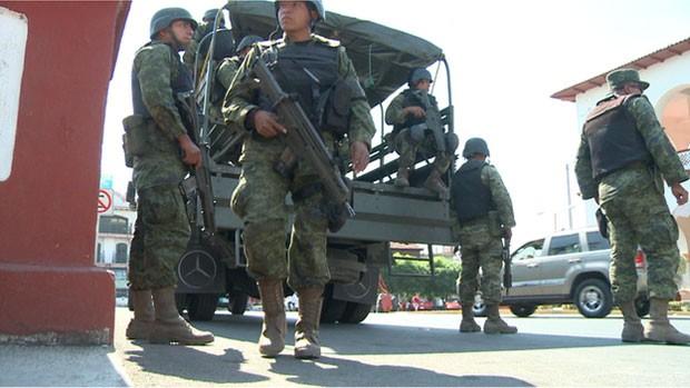 Militares atuam no México, em região controlada por 'milícias' (Foto: BBC)