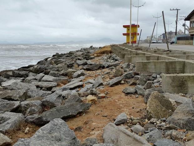Orla da praia de Gravatá, em Navegantes, foi destruída pela ressaca no fim de semana. (Foto: Luiz Souza/RBS TV)