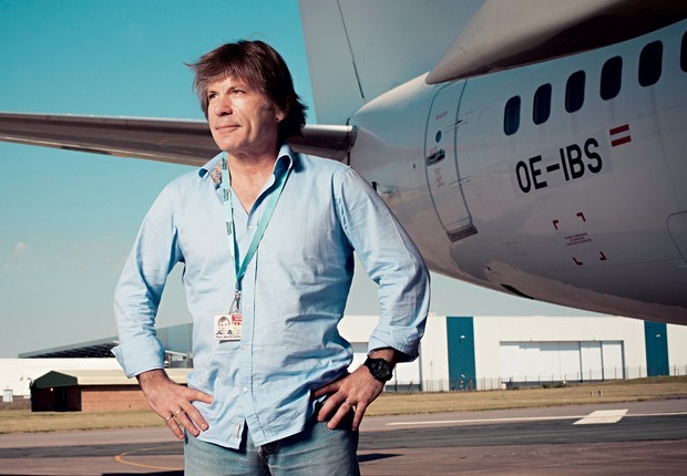 EMPRESÁRIO Dickinson na sede da Cardiff Aviation, no País de Gales. Ele tem paixão pela aviação (Foto: Will Bremridge/Willbphoto.com)