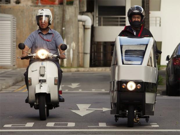VOI scooter, à direita, roda ao lado de Vespa tradicional  (Foto: REUTERS/Edgar Su)