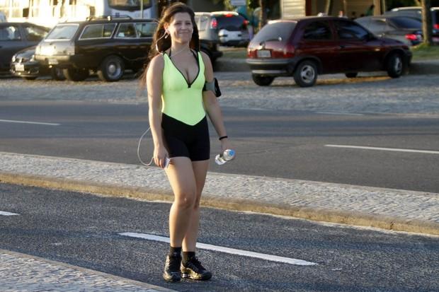 Andressa, ex-BBB, caminhando na orla da Barra da Tijuca, RJ (Foto: Marcos Ferreira / FotoRioNews)