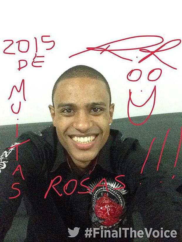 O sambista e finalista Romero Ribeiro oferece muitas rosas na sua mensagem (Foto: Twitter)