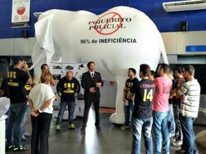 Policiais montaram o elefante branco no Aeroporto de Rio Branco (Foto: Sinpofac)