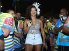 Juliana Alves samba de short curtinho em ensaio da Unidos da Tijuca