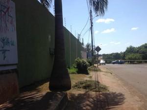 Polícia isolou duas ruas para detonação de granada (Foto: Ronie Cruz/ G1 MS)