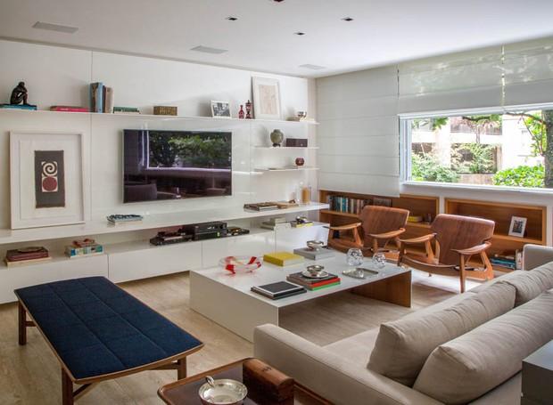 Decora o neutra e marcenaria tornam apartamento for Sala de estar funcional