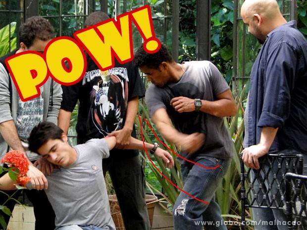 Para proteger Sal, Vitor leva surra dos bandidos (Foto: Malhação / TV Globo)