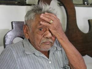 Amigo e filho de consideração, Palmiro Anastásio dos Santos chora durante velório do poeta (Foto: Lucas Lourenço/G1 MS)