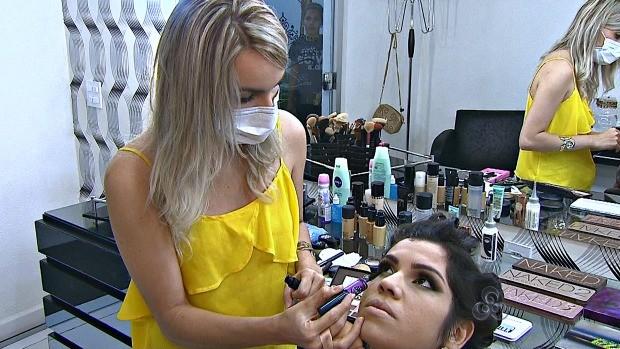 Maiara Vanessa mostra o seu trabalho (Foto: Bom Dia Amazônia)