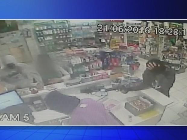 Câmeras de segurança flagaram ação de quadrilha em farmácia de Itaí (Foto: Reprodução/TVTEM)