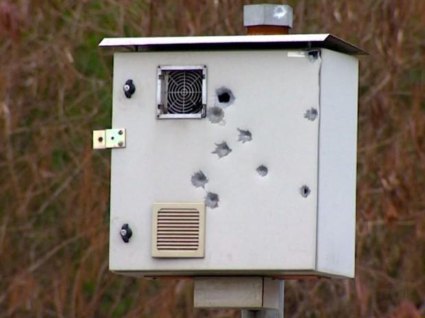 Radar de Americana (SP) ficou perfurado por balas (Foto: Marcello Carvalho/G1)