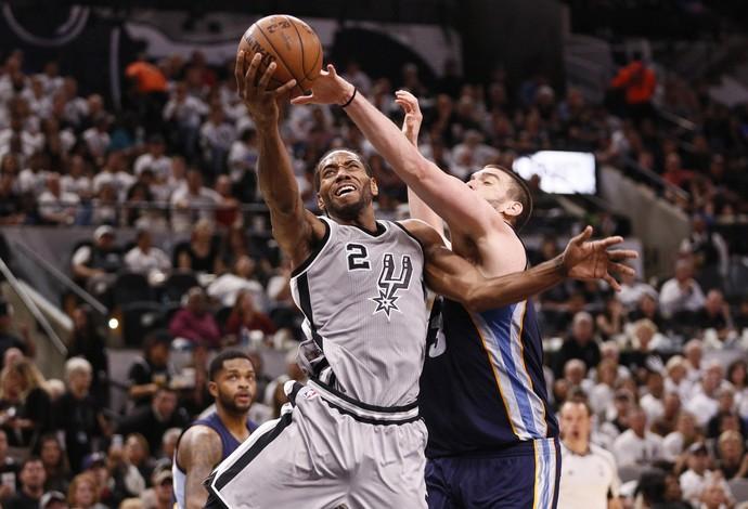 Kawhi Leonard é marcado em cima por Marc Gasol no jogo 1 da série entre Spurs e Grizzlies (Foto: Reuters)