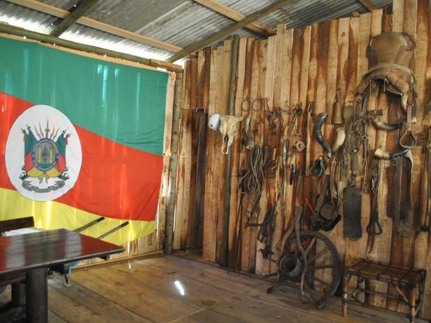 Piquete de Max é decorado com artigos do campo do Rio Grande do Sul (Foto: Luiza Carneiro/ G1)