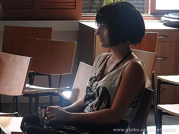 Giovana quase chora de emoção ao ouvir a canção (Foto: Malhação / TV Globo)