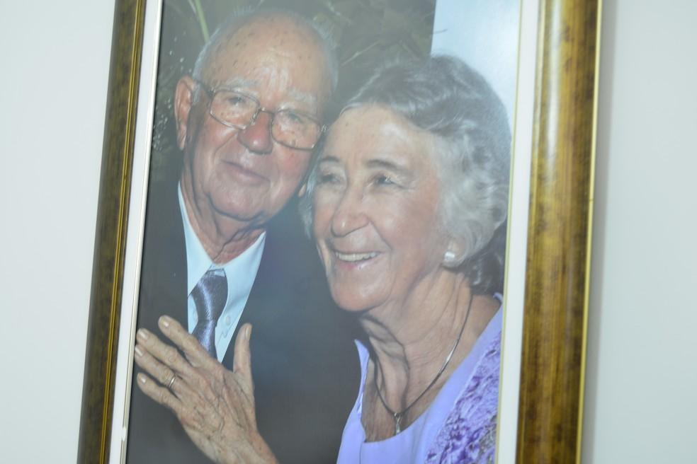 Fotografias espalhadas pela casa mostram momentos da tragetória do casal (Foto: Andréa Tavares/G1)