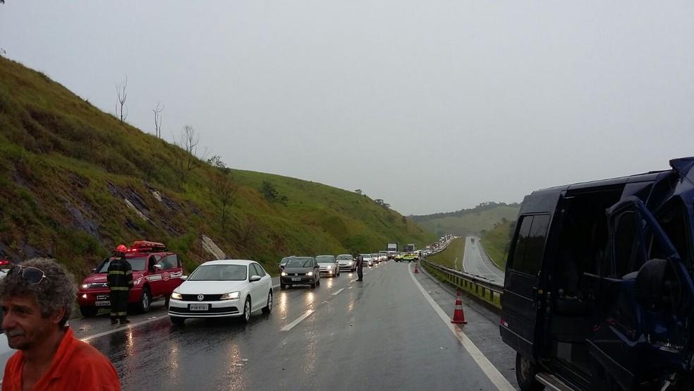 Acidente deixou o trânsito parcialmente interditado no trecho da rodovia. (Foto: Leonardo Medeiros/G1)