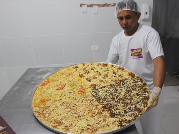 Pizza gigante junina foi inventada no Piauí (Foto: Ellyo Teixeira/G1)
