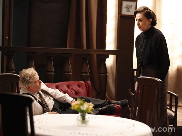 Gertrude e Venceslau percebem que Manfred fugiu (Foto: Pedro Curi/ Tv Globo)