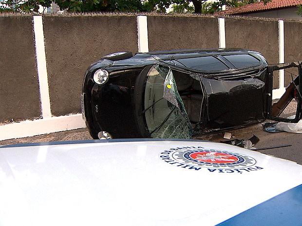 Mulher fica ferida após bater carro e capotar na via no bairro da Pituba (Foto: Reprodução/ TV Bahia)