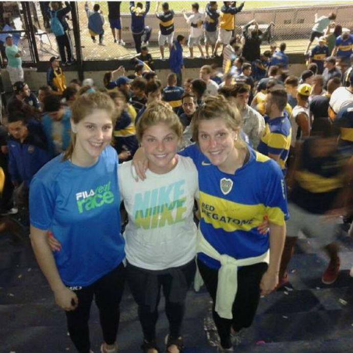 Elke na Bombonera ao lado das irmãs em um jogo do Boca Juniors (Foto: Arquivo Pessoal)