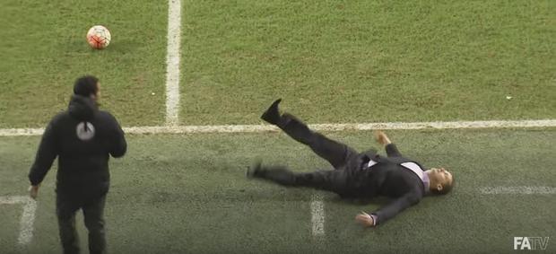 BLOG: Técnico brincalhão ataca de ator e vai ao chão em duelo pela Copa da Inglaterra