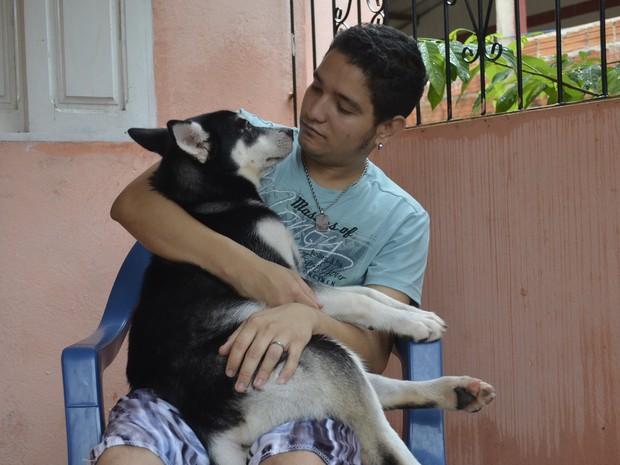 Claudison Carvalho, de 22 anos, e a cadela Hayla (Foto: Dyepeson Martins/G1)