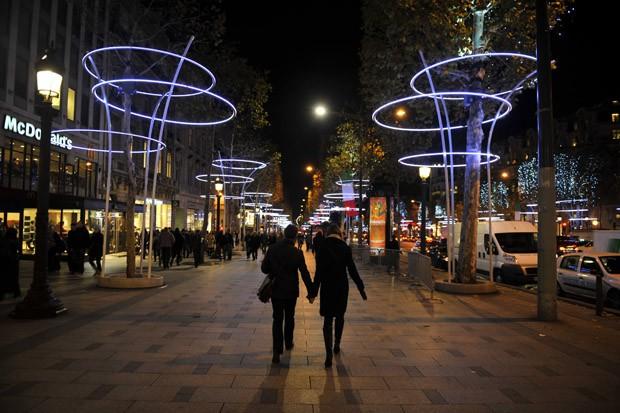 Arcos vão iluminar a avenida francesa neste final de ano (Foto: Mehdi Fedouach/AFP)