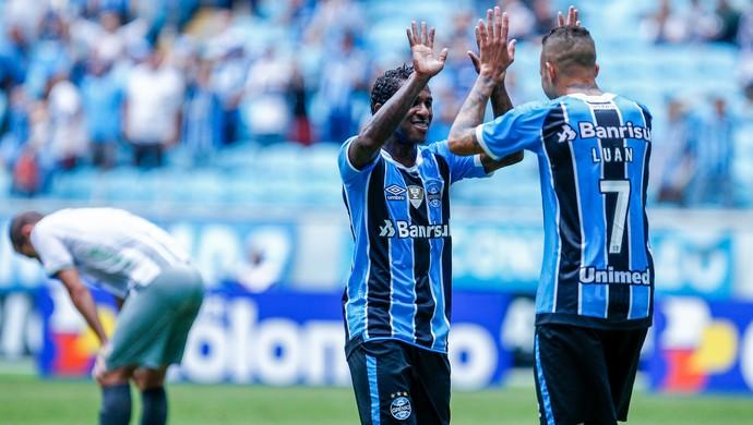Luan e Bolaños contra o Veranópolis (Foto: Lucas Uebel / Grêmio, DVG)