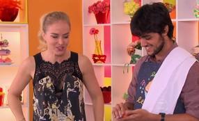 Felipe Simas prepara bolo para Marina Ruy Barbosa