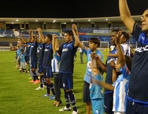 Jogadores do CSA cumprimentam seus jogadores na partida contra o CEO (Foto: Caio Lorena / Globoesporte.com)