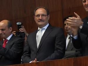 José Ivo Sartori chega para dar início a cerimônia na Assembleia Legistiva, em Porto Alegre (Foto: Reprodução/TV Assembleia)