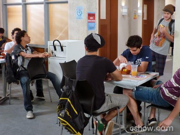 Os meninos na expectativa para pegar a câmera de volta e espiar o conteúdo do vídeo (Foto: Malhação / TV Globo)