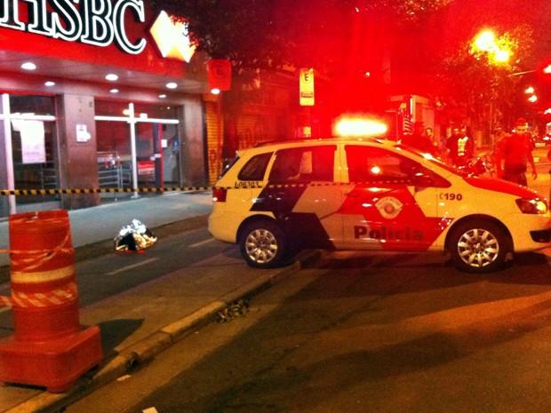 Mulher foi baleada no Centro de Santos e morreu no local (Foto: Renan Fiuza/G1)