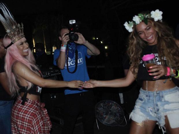 Beyoncé com Nicki Minaj nos bastidores do clipe da música Feeling myself (Foto: Site Oficial/ Reprodução)