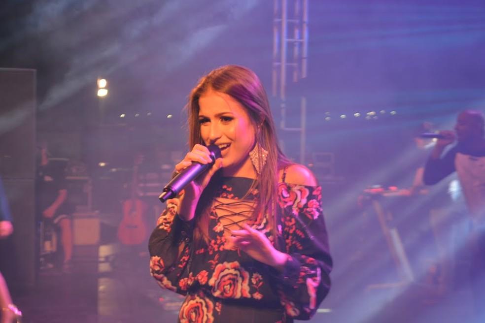 Gêmeas apresentaram músicas que as fizeram ter sucesso na internet (Foto: Lívia Costa/GE)