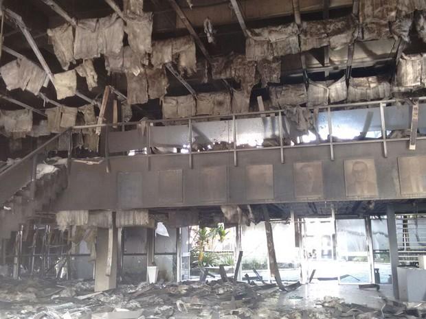 Parte mais atingido pelo incêndio segue interditada (Foto: Denise de Medeiros/RBS TV)