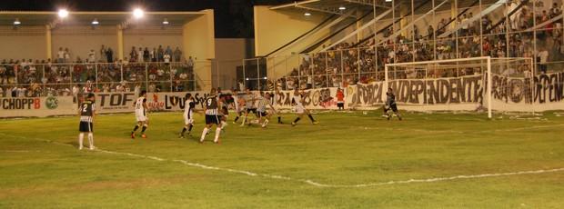 Atletas do Botafogo-PB e Paraíba disputam a bola dentro da área  (Foto: Lucas Barros / Globoesporte.com/pb)