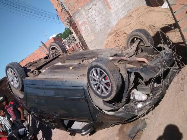 Carro capota em bairro de Aracaju (Foto: Lucas dos Santos/VC no G1)